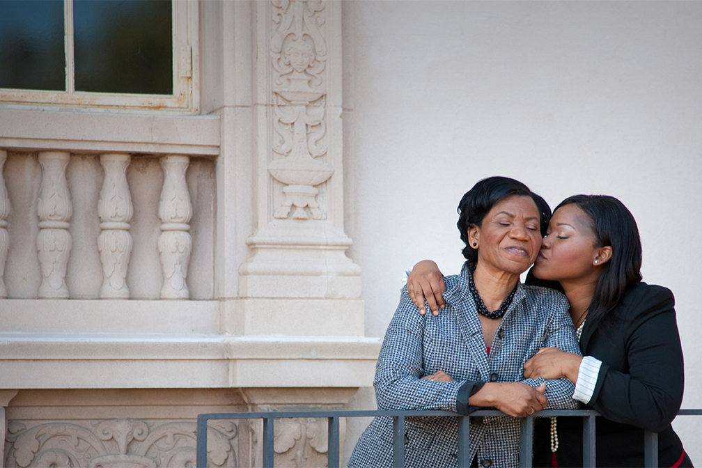 mother daughter moment posed in front of the San Diego art museum